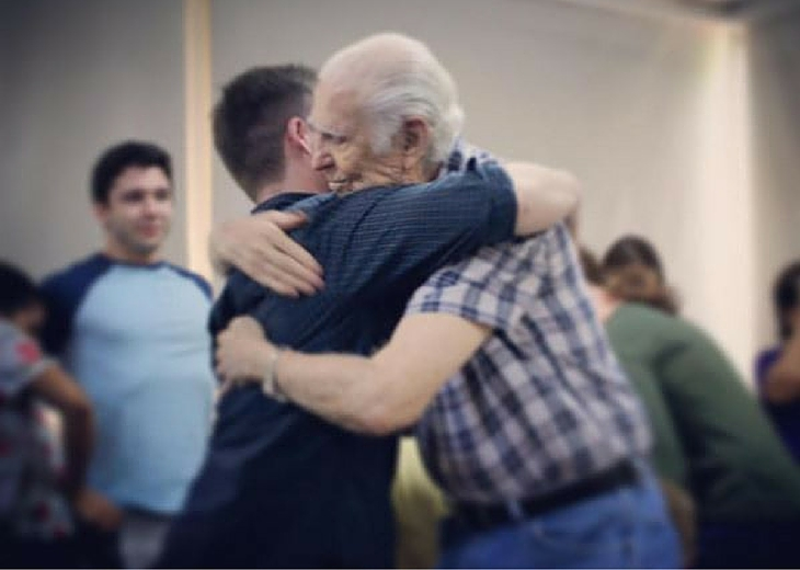 """""""Os dejo con un regalo, un abrazo de solidaridad y amistad."""""""